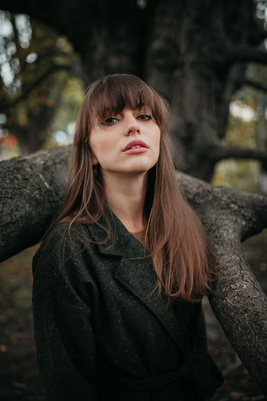 Femme sure d'elle dans la forêt avec longs cheveux bruns