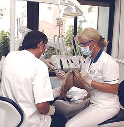 Dentista pertencente à rede Leading Dentists Portugal, em prática clínica