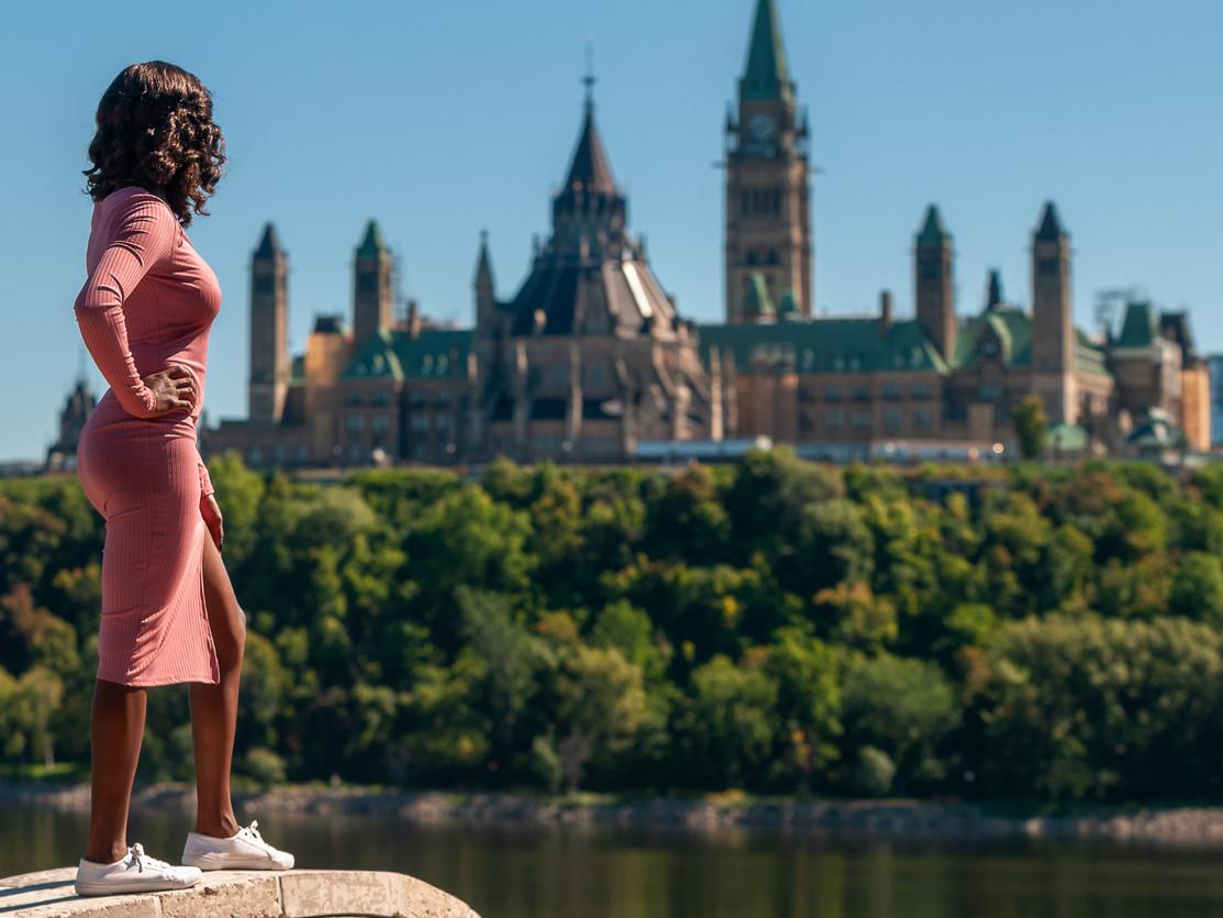 robe rose devant le parlement