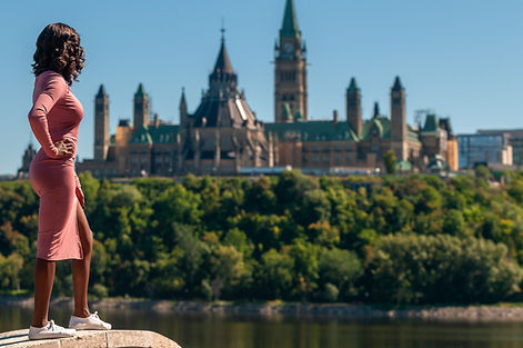 Landscape picture with the parlement hill of Ottawa and Murielle in front of