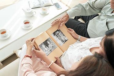 Album photo de mariage partagé avec la famille et une tasse de thé