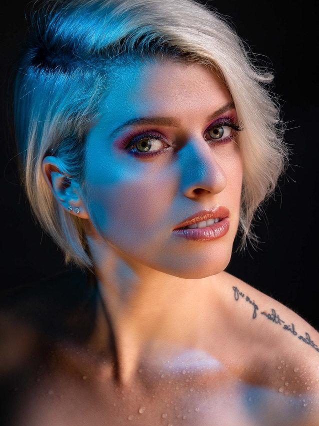 modèle de studio femme blonde belle lumière