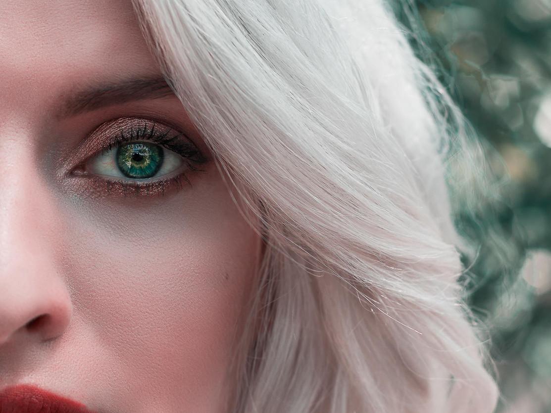 beaux yeux d'une femme blonde