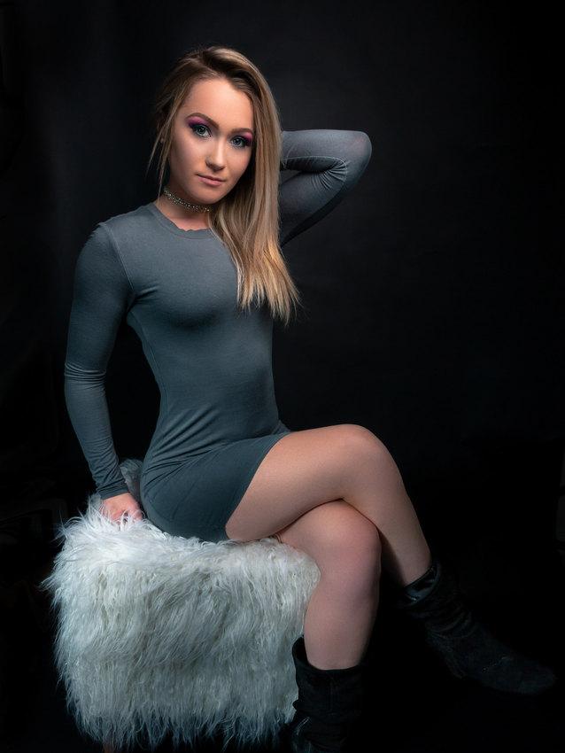 Breanna assise sur la fourrure
