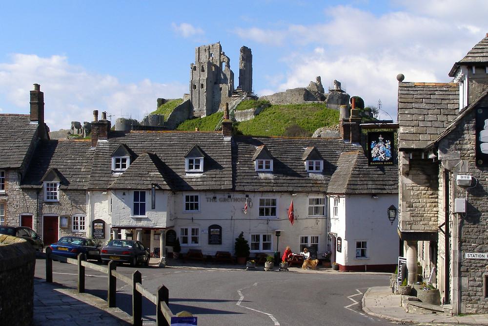 Corfe_Castle_and_Greyhound_Inn_Dorset_England.jpg