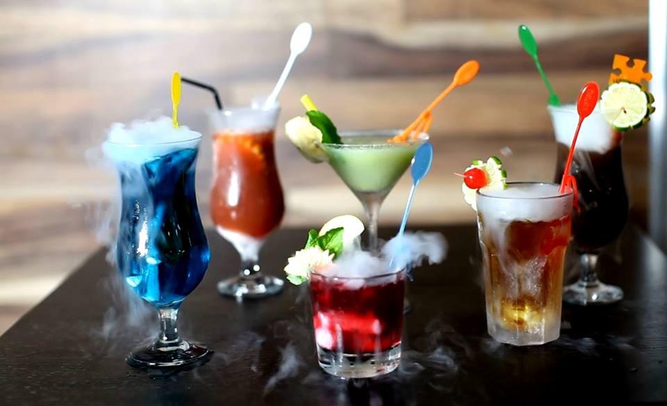 kolorowe drinki z suchym lodem