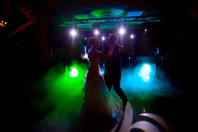 ciężki dym na weselu oświetlony kolorowym światłem