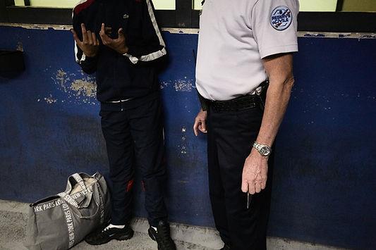discussion entre un policier réserviste et une personne détenue, palais de justice de Grenoble, photographie Nicolas Pianfetti