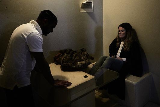 fin d'un entretien entre une personne détenue et son avocate, palais de justice de Grenoble, photographie Nicolas Pianfetti