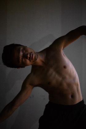 Fuxi Li, mouvement 3/3 danseur, compagnie Jean-Claude Gallotta, photo Nicolas Pianfetti