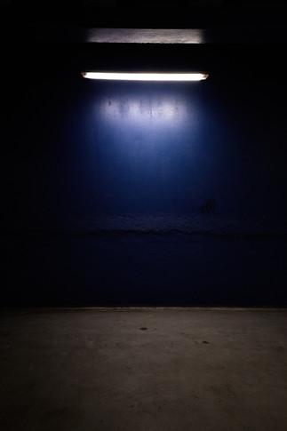 mur et lampe à tube LED, parking de la zone Police, palais de justice de Grenoble, photographie Nicolas Pianfetti