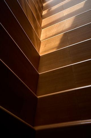 cour d'assises, vue de détail d'un mur sous le puits de lumière, palais de justice de Grenoble, photographie Nicolas Pianfetti