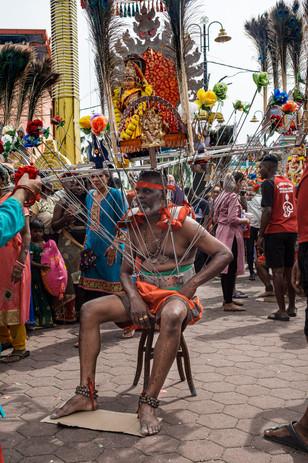 Homme portant Kavadi, grottes de Batu, Kuala Lumpur, Malaisie, 2020.