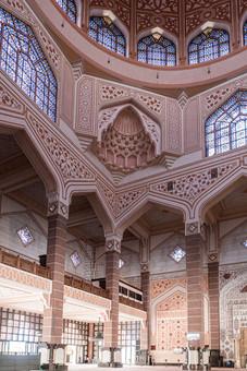 À l'intérieur de la mosquée Putrajaya, Malaisie, 2020.