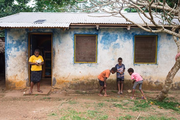 enfants jouant aux billes, Vanuatu, 2019.
