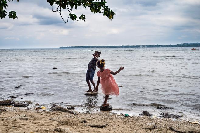 Deux filles en train de jouer, Luganville, Vanuatu, 2019.