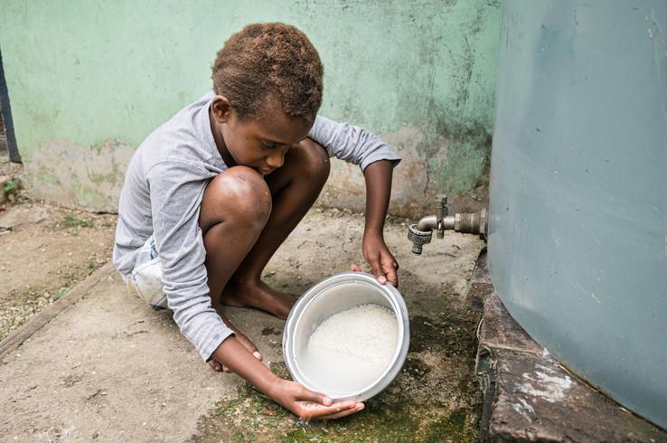Te rehia nettoie le riz, Luganville, Vanuatu, 2019.