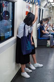 Deux filles dans le métro de Bangkok, Thaïlande, 2020.