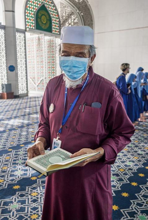 Guide à la mosquée bleue, Malaisie, 2020.