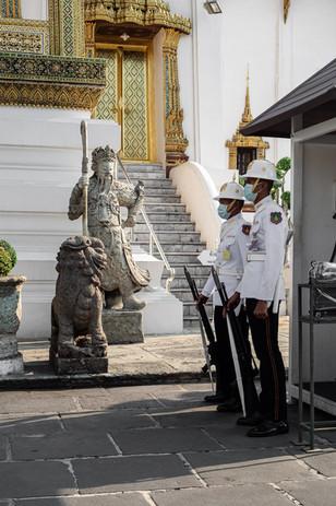 Garde jugeant des gardes, Bangkok, Thaïlande, 2020.