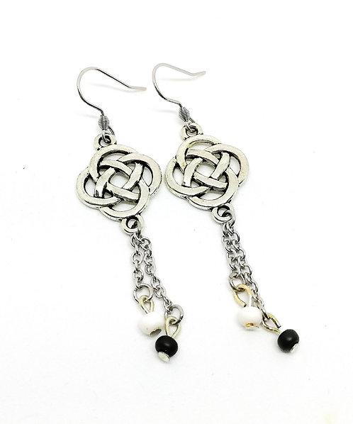 Boucles d'oreilles noeuds celtes perles noires et blanches