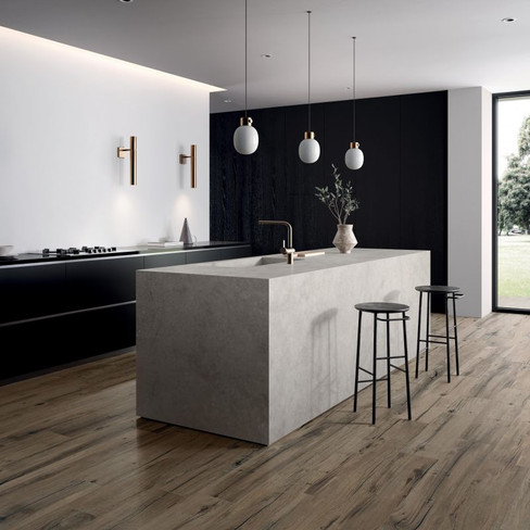 Nordic wood brown på gulvet og Hyper silver på benken
