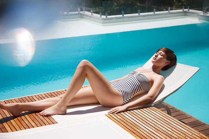 Mujer de tomar el sol-en-salón-silla-en-