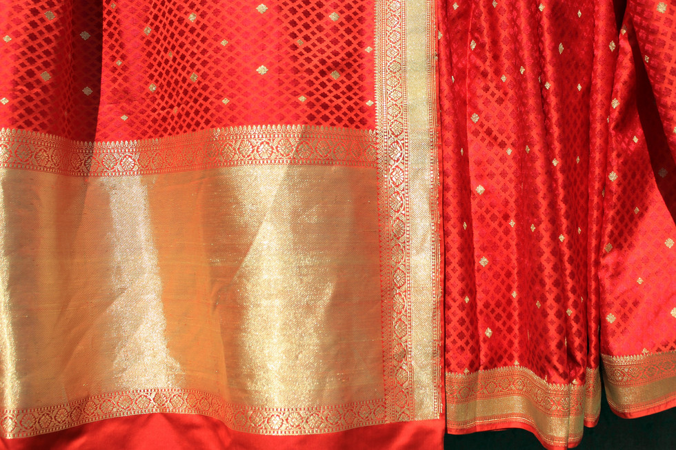 Para- 150/17 - Multiple weft with loom embroidered gold motif