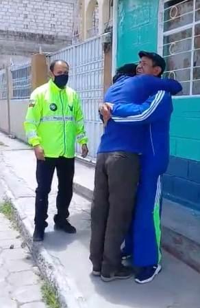 Emotivo encuentro de padre e hijo