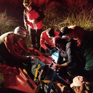 Bomberos de Cotacachi y Cayambe rescatan a extranjero que cayó a un barranco