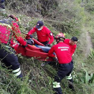 Auto cayó 200 metros a una quebrada