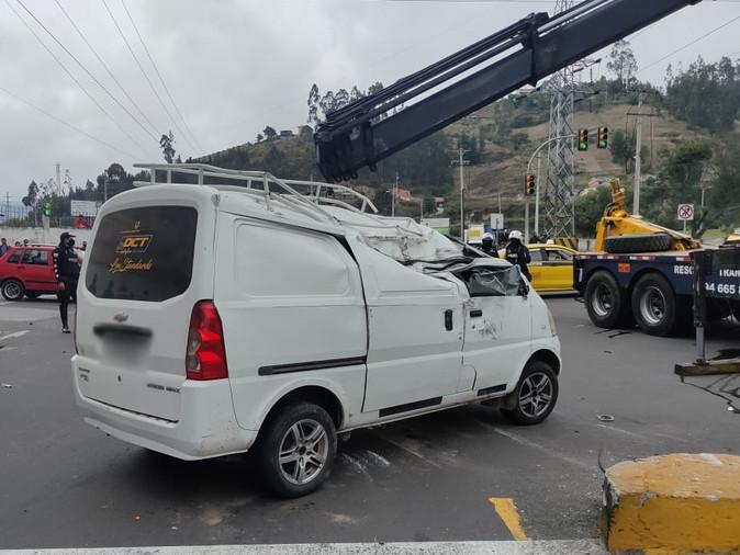 ECU 911 coordinó atención ante choque y volcamiento en Otavalo