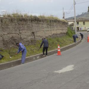 Una microempresa vial se encarga del mantenimiento rutinario de las vías en San Pablo