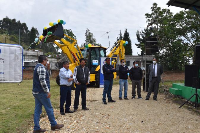 La Prefectura entrega retroexcavadora para el mantenimiento de los caminos