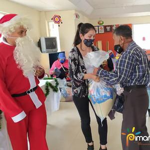 """Adultos mayores recibieron """"sus navidades"""""""