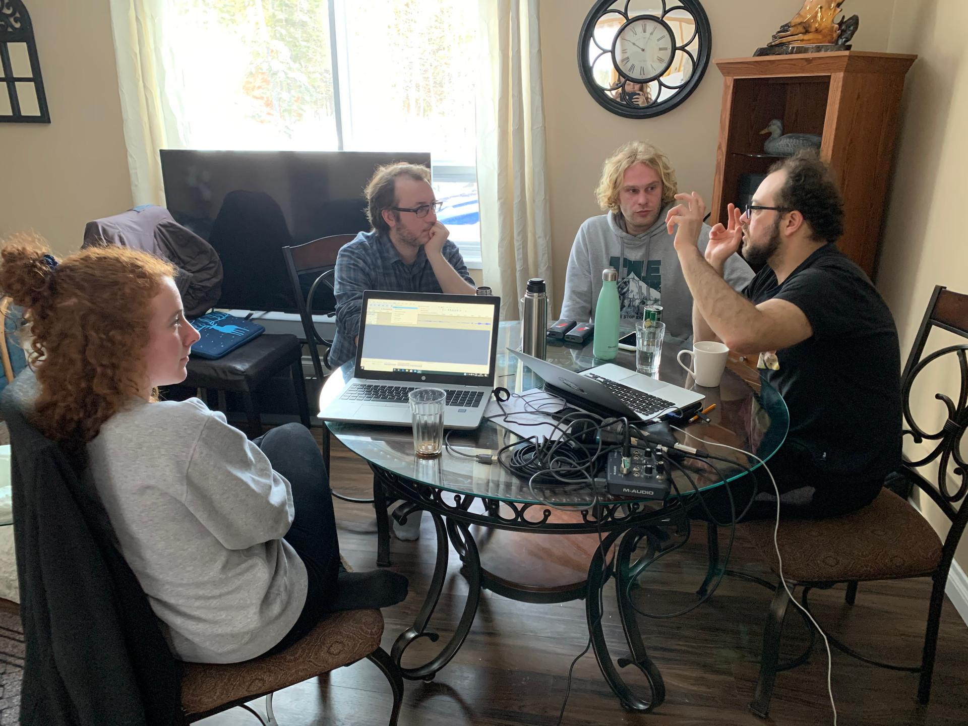 Batiste Foisy, à droite, partage ses connaissances en création radiophonique avec Pierre-Benoît, Louis-Nicolas et Mila, qui aspirent ensemble à la production sonore.