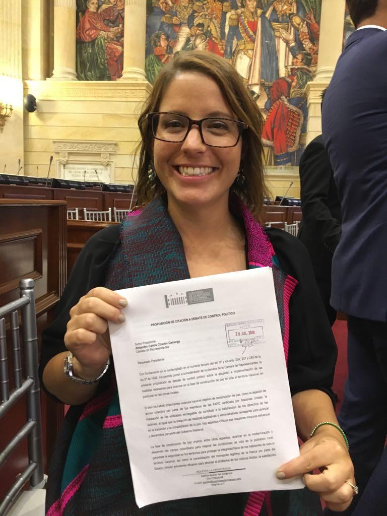Juanita Goebertus después de radicar la proposición