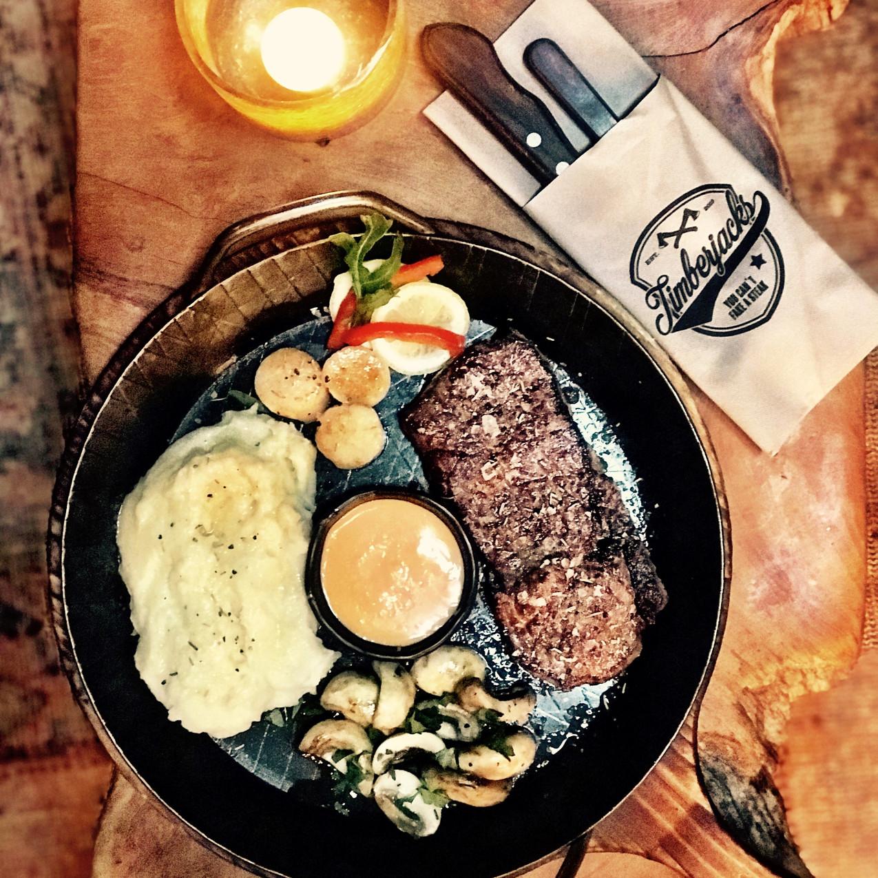 Wagyu Steak mit Jacobsmuscheln Hummercre