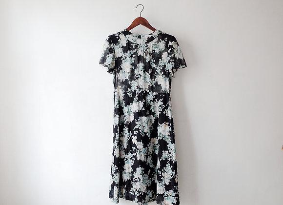 黑底白雞蛋花短袖連身裙