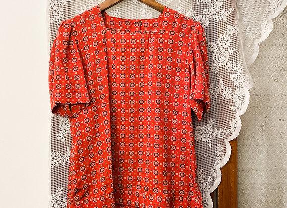 大紅花磚紋方領短袖恤