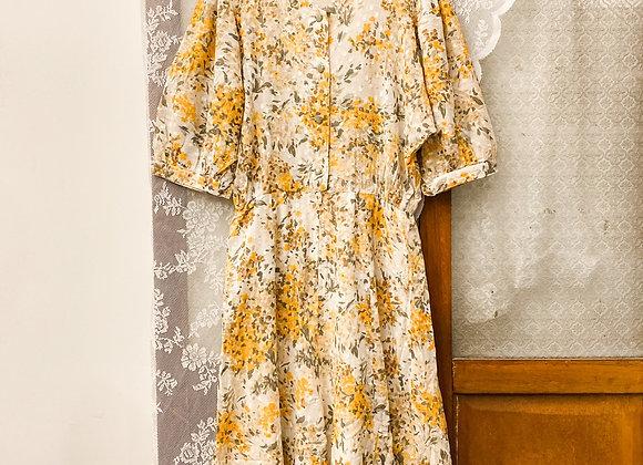 白底橙黃碎花短袖連身裙