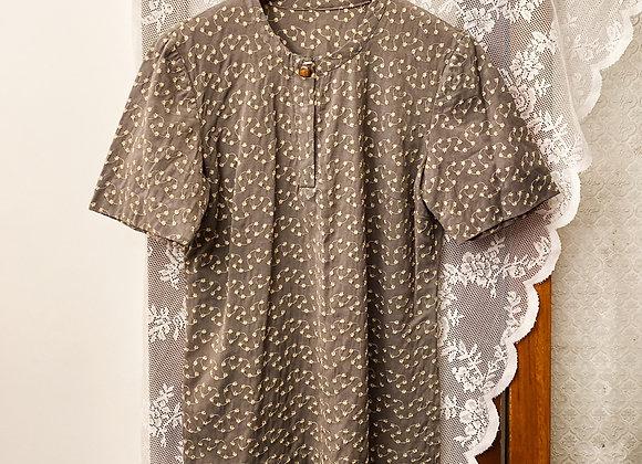 灰杏繡線小黃菊圓領短袖恤