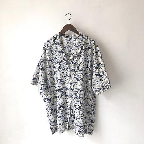 藍底白花紋短袖上衣