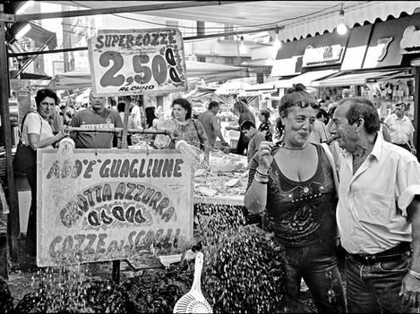 Napoli - Flirt at the market