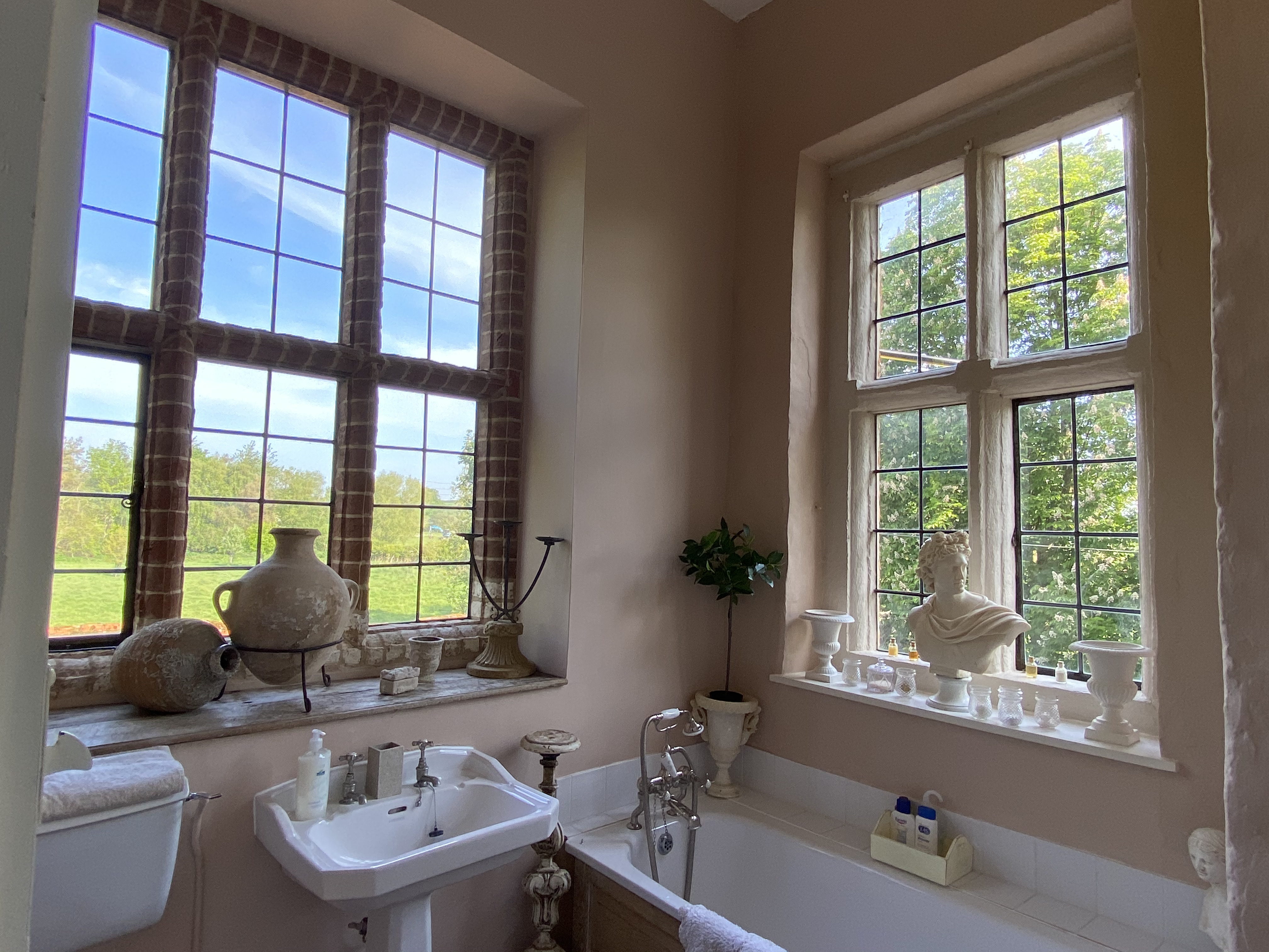 Sir Edward Chamberlayne Chamber Ensuite Bathroom 1