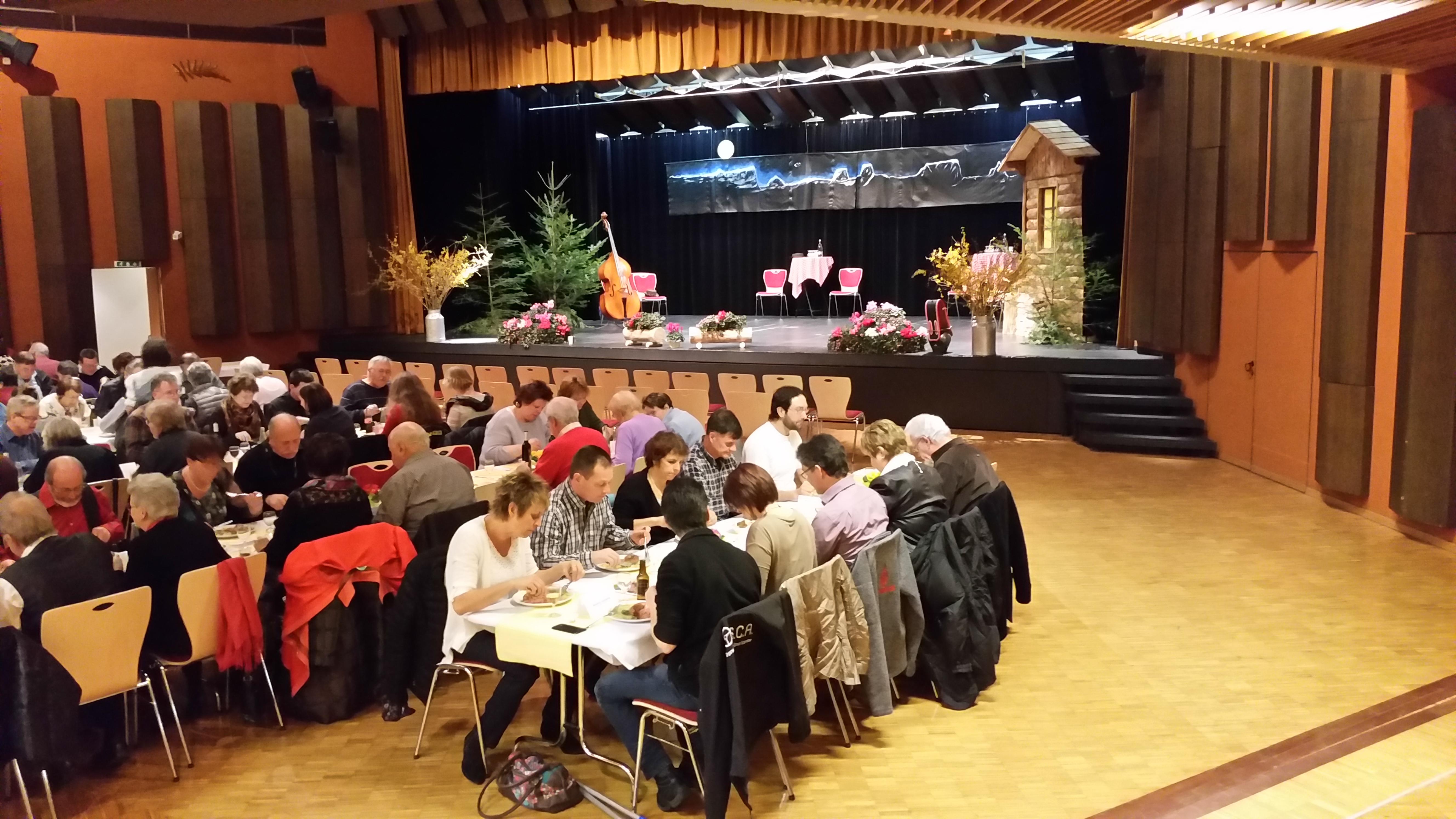 La scène et le public à table
