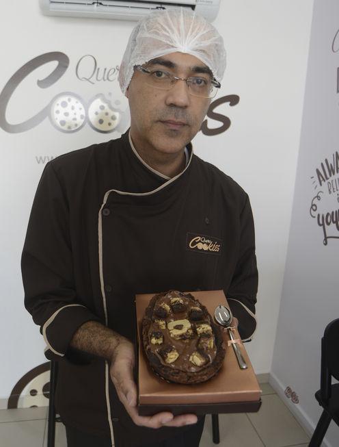 Já pensou em um ovo de Páscoa que não seja com casca de chocolate? O casal Juliana Ribeiro Santos, 37 anos, e Claudemir de Oliveira Santos, 41 anos, desenvolveu sabores de ovos com a casca feita de cookies e também de brownies.