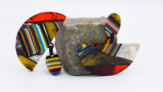 Schmuckstück aus der Sélection Actuelle der Herbst Kollektion mit einem Paar bunter halbrunder Kreolen aus teilweise transparentem Kunststoff