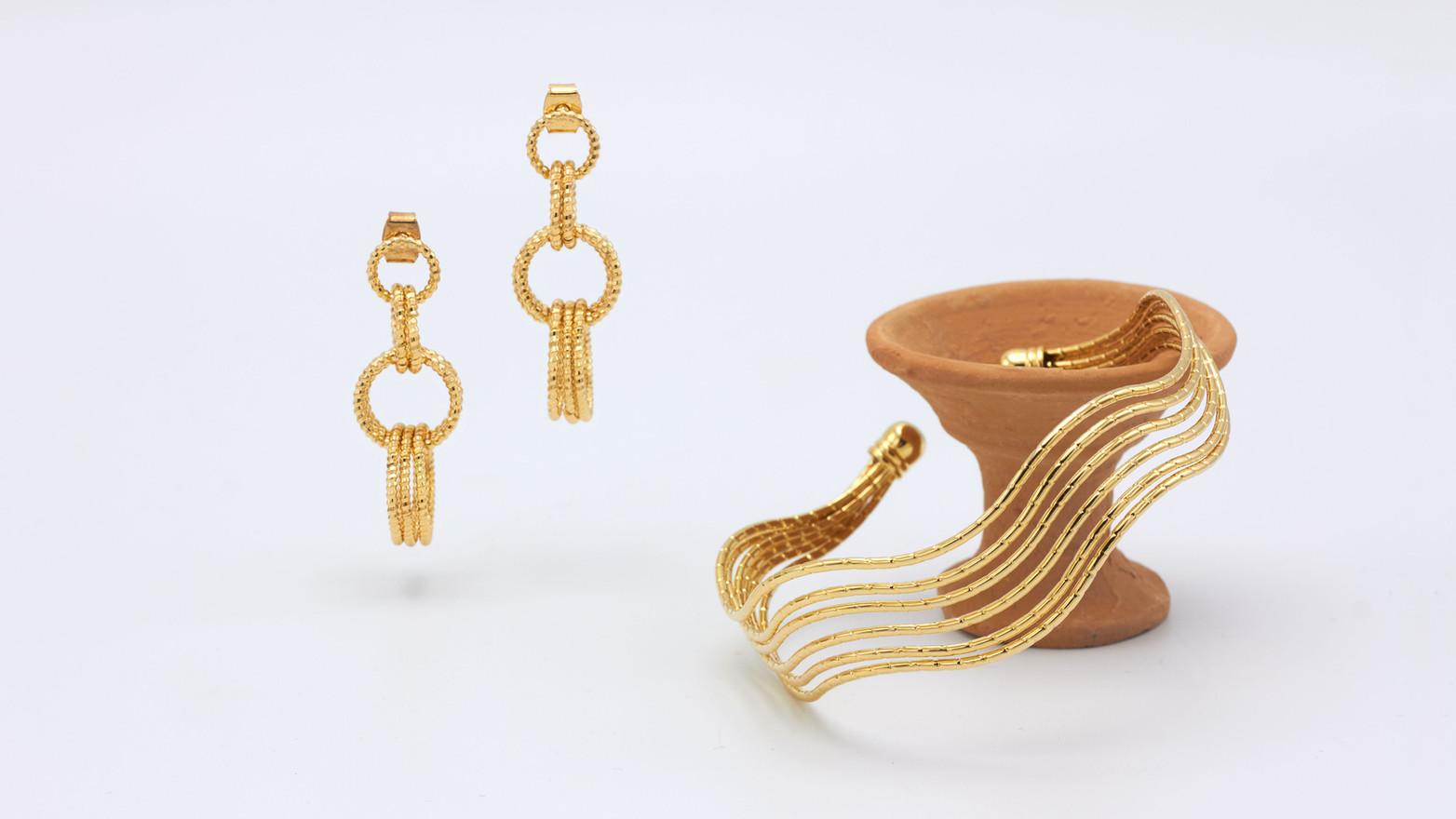 Schmuckstücke aus der Sélection Actuelle mit Schmuck aus der Herbst Kollektion mit Goldohrringen und einem goldenen Armreif