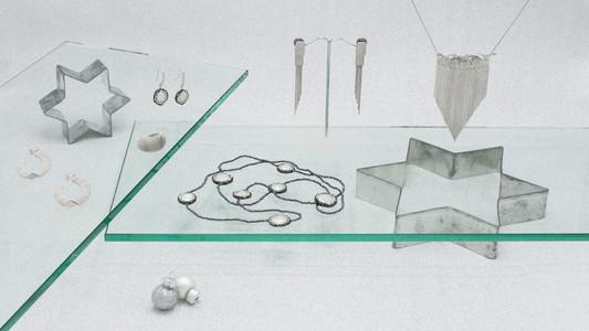 Schmuckstücke aus der Sélection Actuelle mit Silberschmuck aus der Winter Kollektion mit einer geschwärzten mit Pelen besetzen Halskette, einer silbernen Halskette und Ohrringe